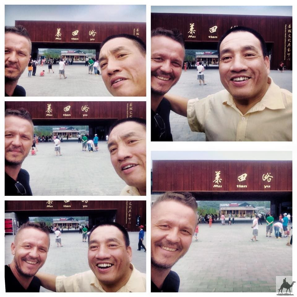 Selfie am Eingang zur Chinesischen Mauer
