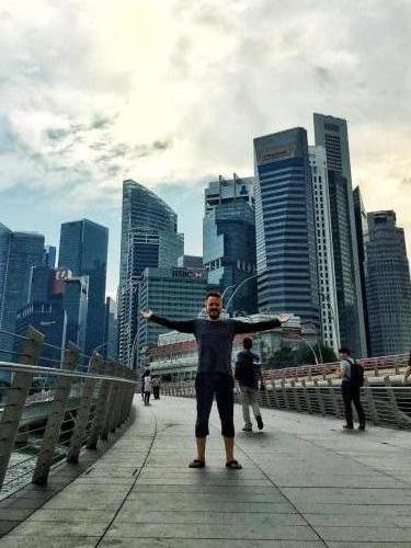 Nomadic Vic vor Singapur´s Skyline